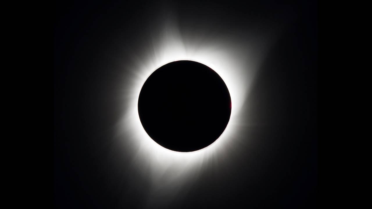 https://cdn.cnngreece.gr/media/news/2020/06/19/223953/photos/snapshot/2017-08-21T180330Z_1770837131_RC18A9B42720_RTRMADP_3_SOLAR-ECLIPSE-USA.JPG