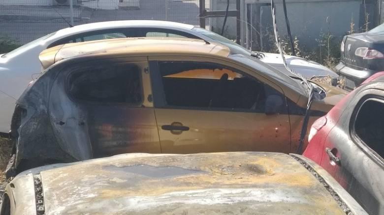 Μεγάλη φωτιά στο Ηράκλειο τα ξημερώματα – Σοβαρές υλικές ζημιές σε αυτοκίνητα