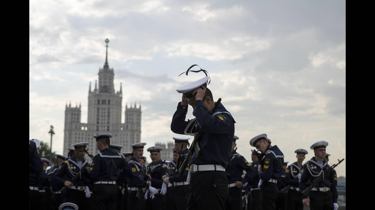 https://cdn.cnngreece.gr/media/news/2020/06/21/224224/photos/snapshot/russia_parade-1.jpg