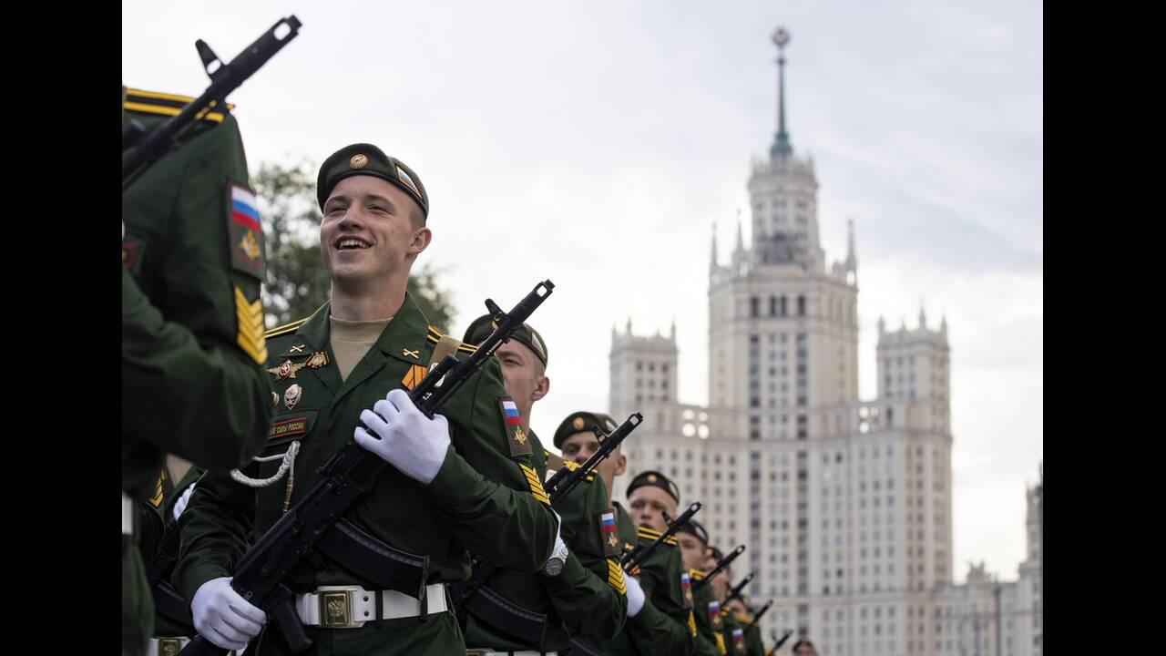 https://cdn.cnngreece.gr/media/news/2020/06/21/224224/photos/snapshot/russia_parade-11.jpg