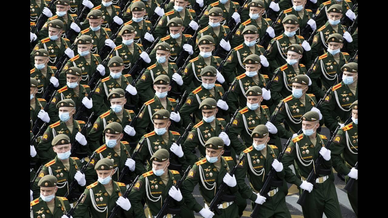https://cdn.cnngreece.gr/media/news/2020/06/21/224224/photos/snapshot/russia_parade-12.jpg