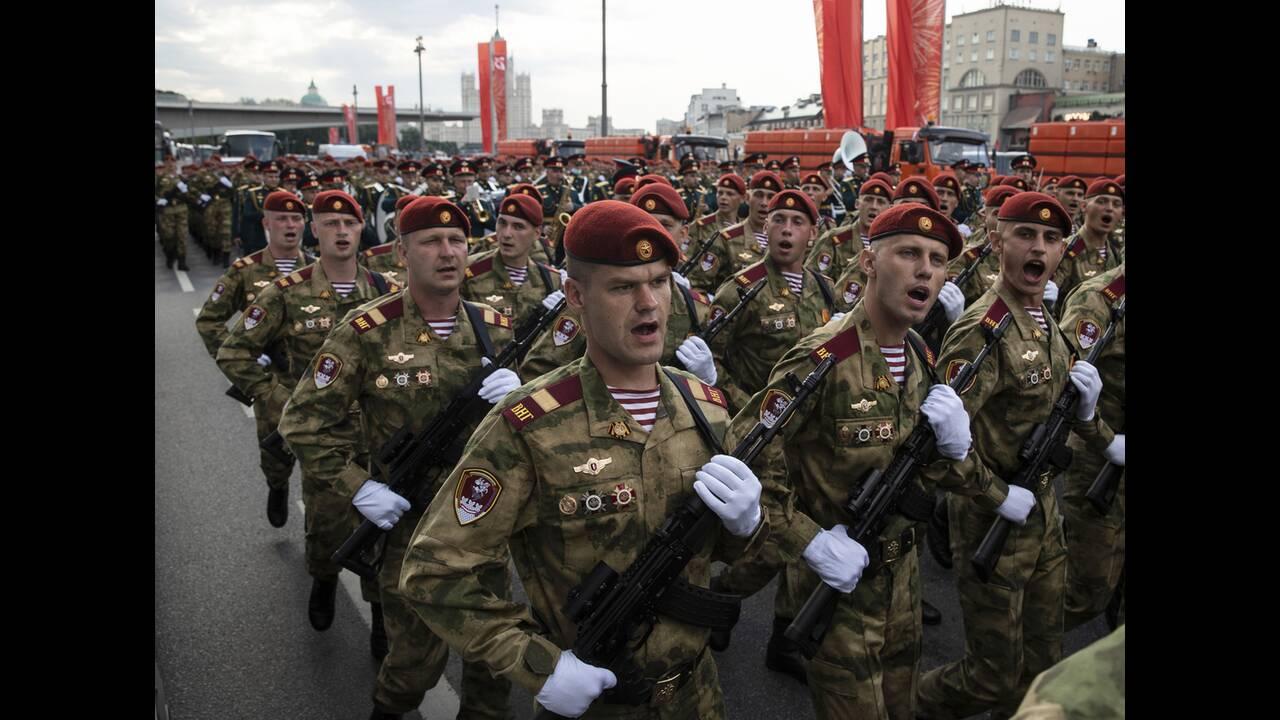https://cdn.cnngreece.gr/media/news/2020/06/21/224224/photos/snapshot/russia_parade-15.jpg