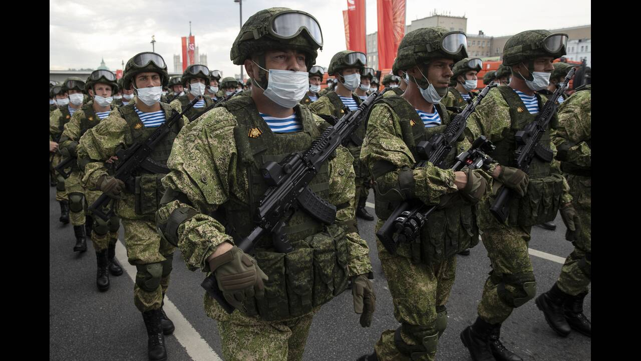 https://cdn.cnngreece.gr/media/news/2020/06/21/224224/photos/snapshot/russia_parade-16.jpg