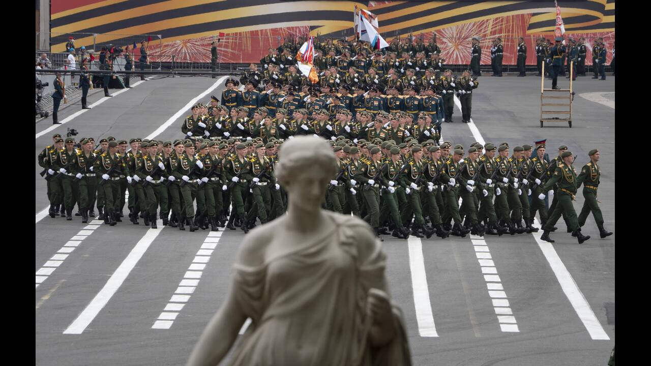 https://cdn.cnngreece.gr/media/news/2020/06/21/224224/photos/snapshot/russia_parade-4.jpg
