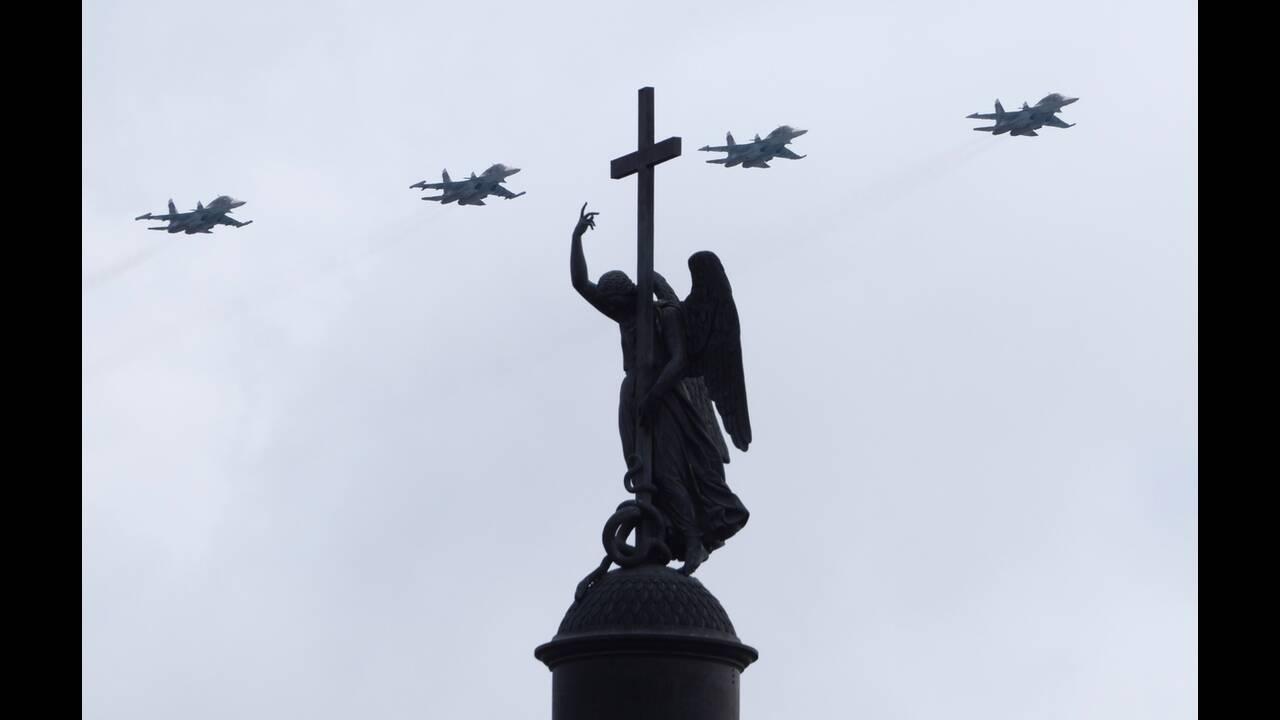https://cdn.cnngreece.gr/media/news/2020/06/21/224224/photos/snapshot/russia_parade-5.jpg