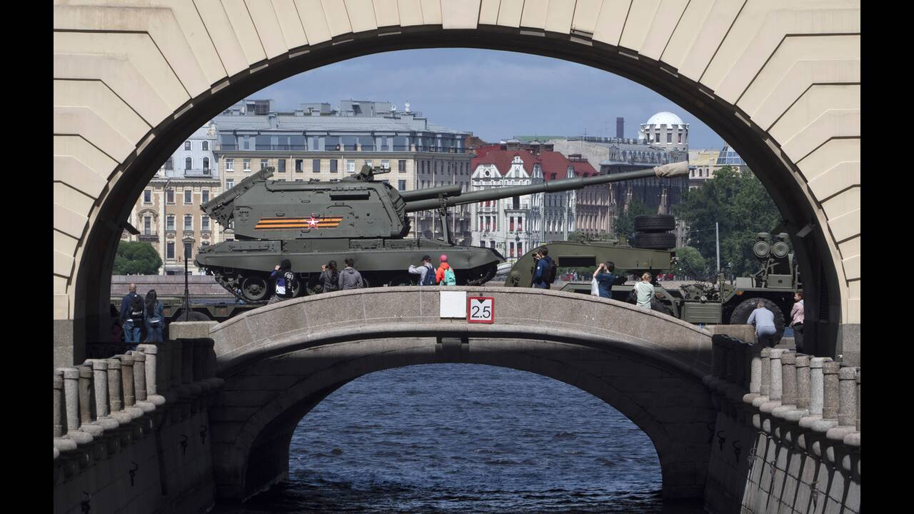 https://cdn.cnngreece.gr/media/news/2020/06/21/224224/photos/snapshot/russia_parade-6.jpg