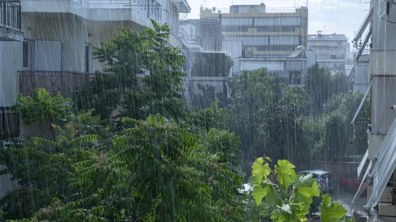 Καιρός: Βροχές και καταιγίδες και τη Δευτέρα - Πέφτει και άλλο η θερμοκρασία