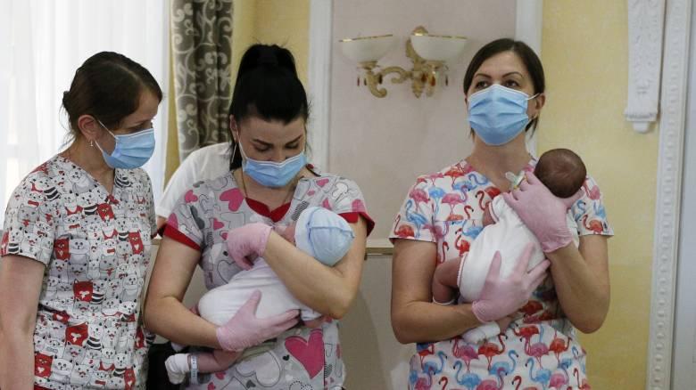 Κορωνοϊός: Τα μωρά έως τριών μηνών έχουν συνήθως πολύ ήπια συμπτώματα