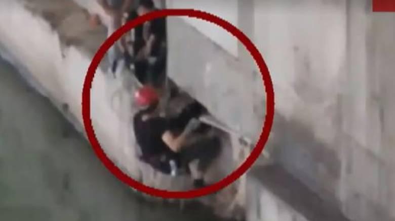 Επιχείρηση διάσωσης σκύλου στην κοίτη του Κηφισού