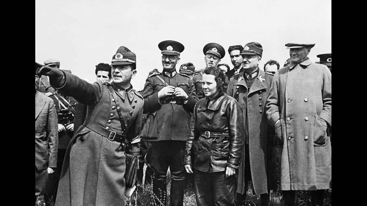 1936, Δαρδανέλια.  Ο Πρόεδρος της Τουρκίας, Κεμάλ Ατατούρκ, στα δεξιά, με τους στρατηγούς του και μια αεροπόρο, παρακολουθεί τις μανούβρες της τουρκικής αεροπορίας πάνω από τα Δαρδανέλια.