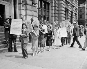 1938, Νέα Υόρκη.  Διαδηλωτές διαμαρτύρονται μπροστά από το Γερμανικό Προξενείο στη Νέα Υόρκη. Είναι μέλη της Εβραϊκής κοινότητας και διαμαρτύρονται για τη μεταχείριση που έχουν οι Εβραίοι στη Γερμανία και την Αυστρία.