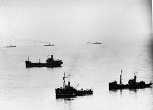 1940, στενό της Μάγχης.  Μικρά σκάφη, όλων των ειδών, επισρατεύτηκαν προκειμένου να μεταφέρουν πίσω στην Αγγλία τους στρατιώτες που φεύγουν όπως-όπως από τη Δουνκέρκη.