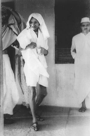 1942, Ινδία.  Ο Μαχάτμα Γκάντι, με τη χαρακτηριστική του ενδυμασία και μια βρεγμένη πετσέτα στο κεφάλι του, αποχωρεί από το συνέδριο του κόμματος του Εθνικού Κογκρέσου. Το κόμμα υπερψήφισε την εντολή για δημόσια αντίδραση των Ινδών προκειμένου να παρεμπο