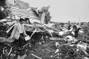1975, Νέα Υόρκη.  Ένας αστυνομικός περπατάει μέσα στα συντρίμια του 727 της εταιρείας Eastern Airlines, το οποίο συνετρίβη κατά την προσγείωσή του στο αεροδρόμιο Κένεντι, λόγω της σφοδρής καταιγίδας που χτυπούσε εκείνη την ώρα την πόλη. Πάνω από 100 άνθρ
