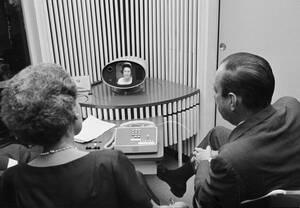 1964, Ουάσινγκτον.  Ο Δήμαρχος της Νέας Υόρκης Ρόμπερ Βάγκνερ (δεξιά) παρακολουθεί την επίδειξη του πρώτου βιντεοτηλεφώνου, το οποίο κατασκεύασε η εταιρεία Bell.