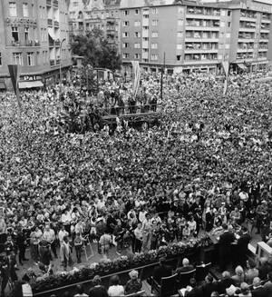 1964, Δυτικό Βερολίνο.  Περισσότεροι από 80.000 άνθρωποι συγκεντρώθηκαν μπροστά στο Δημαρχείο της πόλης για το μνημόσυνο του Τζον Φ. Κένεντι.