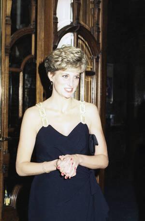 1991, Λονδίνο.  Η πριγκίπισσα Νταϊάνα φτάνει στο θέατρο Colosseum για μια πρεμιέρα.