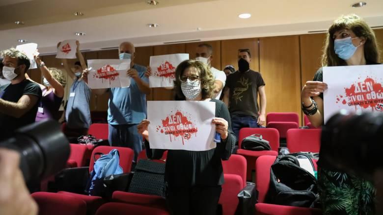 Άρχισε ξανά η δίκη της Χρυσής Αυγής - Συμβολική παρέμβαση ακτιβιστών