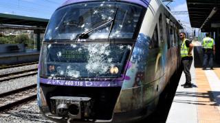 Εικόνες από την επίθεση σε αμαξοστοιχία του Προαστιακού