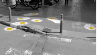 Ποιος γέμισε τους δρόμους της Θεσσαλονίκης με... τηγανητά αυγά; Street art με μήνυμα (pics)