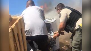 Δραματική διάσωση οδηγού που εγκλωβίστηκε σε φλεγόμενο όχημα