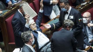 Πήραν «σηκωτό» από το κοινοβούλιο Ιταλό βουλευτή που έβριζε συναδέλφους του