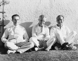 1932, Καλιφόρνια.  Τρεις από τους θρύλους του Χόλιγουντ, από αριστερά ο Χάρολντ Λόιντ, ο Τσάρλι Τσάπλιν και ο Ντάγκλας Φέρμπανκς. Και οι τρεις τους γυρίζουν νέες ταινίες.