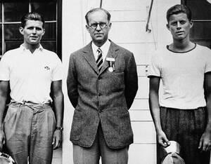 1937, Μασαχουσέτη.  Στο κέντρο είναι ο Τζόζεφ Κένεντι, παλιός φοιτητής του Χάρβαρντ. Επέστρεψε στο Πανεπιστήμιο με τους δύο γιους του, που επίσης είναι φοιτητές εδώ. Αριστερά ο Τζόζεφ Πάτρικ Κένεντι junior και δεξιά ο Τζον Φ. Κένεντι.