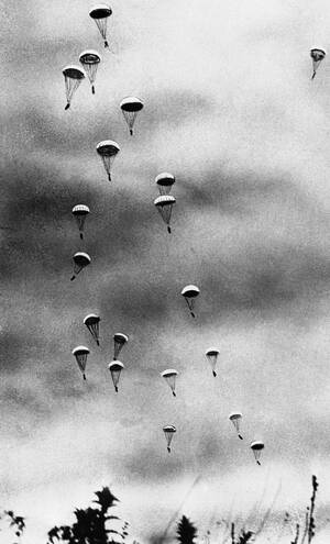 1941, Κρήτη.  Γερμανοί αλεξιπτωτιστές πέφτουν στην Κρήτη, κατά τη διάρκεια της μαζικής γερμανικής επίθεσης για την κατάληψη του νησιού.