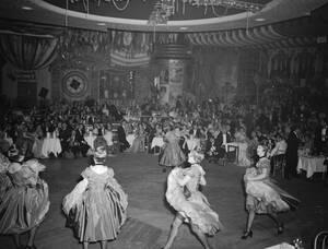 1951, Παρίσι.  Οι χορεύτριες του καν-καν εν μέσω της παράστασής τους στο περίφημο Μουλέν Ρουζ, στη Μονμάρτρη του Παρισού.