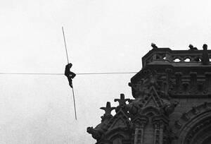 """1971, Παρίσι.  Ο Φιλίπ Πετί, 21χρονος επαγγελματίας ακροβάτης, κάθεται πάνω σε ένα σχοινί, 80 μέτρα πάνω από το έδαφος, δεμένο ανάμεσα στους δύο πύργους της Νοτρ Νταμ. Ο """"περίπατός"""" του στον αέρα κράτησε αρκετές ώρες με την αστυνομία ανήμπορη να τον κατε"""