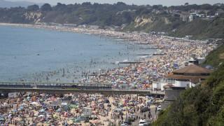 Απίστευτες εικόνες από τη Βρετανία: Μισό εκατομμύριο πολίτες στις παραλίες
