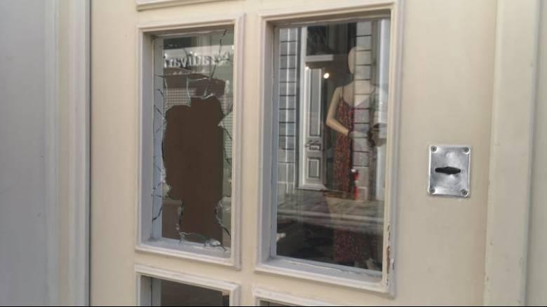 Καταδρομική επίθεση στην Ερμού - Έσπασαν τζαμαρίες καταστημάτων και ΑΤΜ