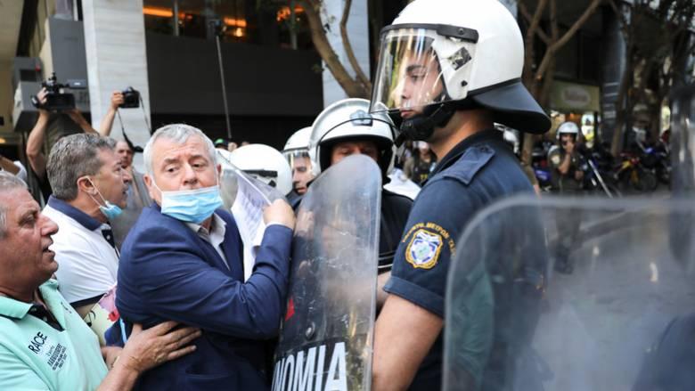 Μικροένταση στο υπουργείο Οικονομικών: Τραυματίστηκε ο πρόεδρος της ΠΟΕΔΗΝ