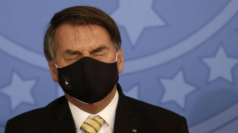 Βραζιλία: Διπλός πονοκέφαλος για τον Μπολσονάρου που πάντως δεν χρειάζεται να φοράει μάσκα