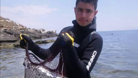 Θεσσαλονίκη: 13χρονος καθαρίζει τον βυθό και στέλνει το δικό του μήνυμα για καθαρά και ασφαλή νερά