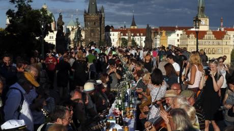 Η Πράγα γιόρτασε το τέλος του lockdown με ένα τεράστιο δείπνο στη γέφυρα του Καρόλου