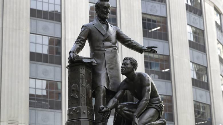 ΗΠΑ: Η Βοστώνη απομακρύνει άγαλμα του Λίνκολν με έναν μαύρο σκλάβο
