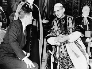 1963, Βατικανό.  Ο Πρόεδρος των ΗΠΑ Τζόν Φ. Κένεντι, και ο πάπας Παύλος ΣΤ' συζητούν κατά τη διάρκεια της ακρόασης που παραχώρησε ο δεύτερος στον πρώτο. Ο πάπας και ο πρώτος Ρωμαιοκαθολικός Αμερικανός Πρόεδρος συναντήθηκαν για 40 λεπτά.
