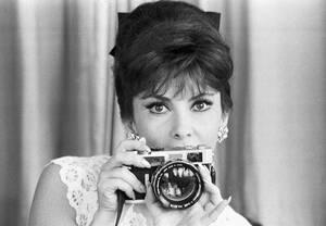 1964, Ρώμη.  Η Ιταλίδα σταρ Τζίνα Λολομπριτζίτα, δείχνει μια από τις κάμερες που έχει στη συλλογή της, στο σπίτι της στην Αππία Οδό, λίγο έξω από τη Ρώμη.