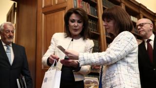 Το συλλεκτικό μετάλλιο της Επιτροπής «Ελλάδα 2021» παρουσίασε στην ΠτΔ η Γιάννα Αγγελοπούλου