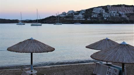 Το CNN Greece στην Άνδρο: «Χαμηλές πτήσεις» για τον τουρισμό – Τι λένε οι επαγγελματίες