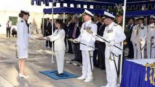 Τα ξίφη στους νέους και νέες σημαιοφόρους επέδωσε η Πρόεδρος της Δημοκρατίας