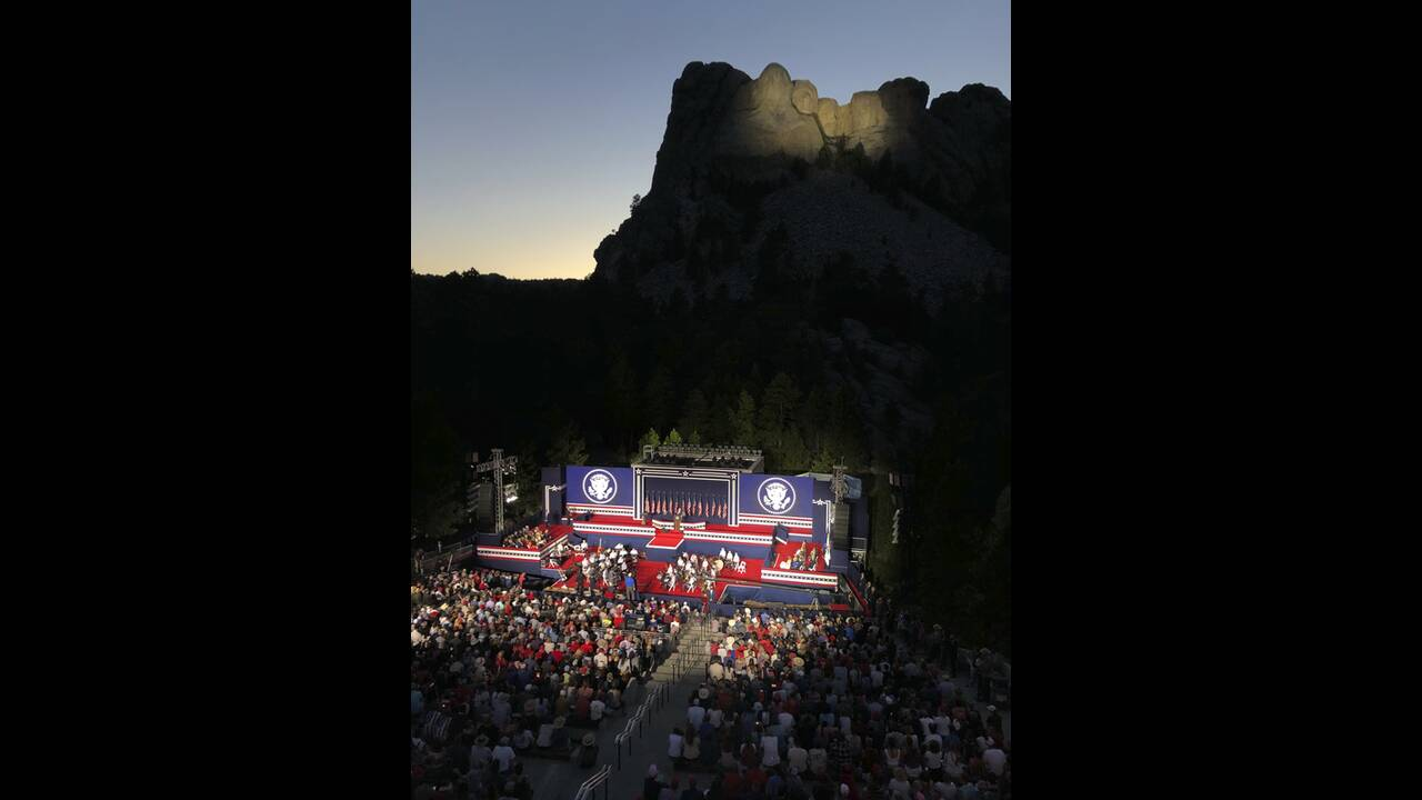 https://cdn.cnngreece.gr/media/news/2020/07/04/225941/photos/snapshot/trump_Rushmore-4.jpg