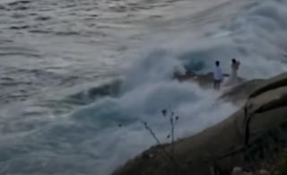 Τους… παρέσυρε το κύμα: Μεγάλη ατυχία για νεόνυμφους που ήθελαν να φωτογραφηθούν σε παραλία