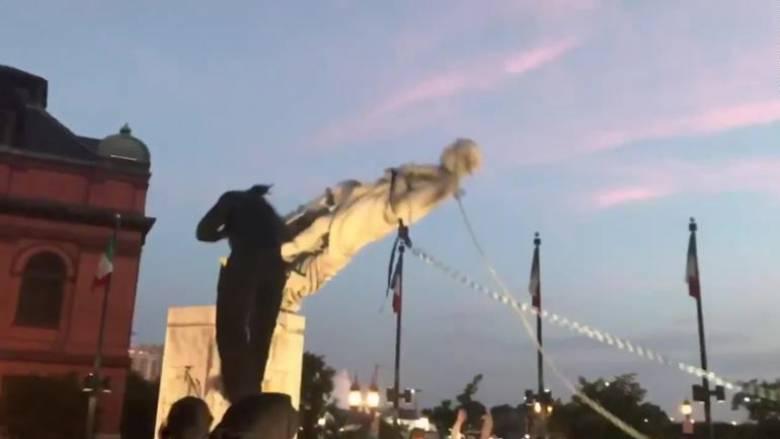 Βαλτιμόρη: Διαδηλωτές γκρέμισαν άγαλμα του Κολόμβου και το πέταξαν στο λιμάνι
