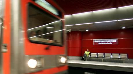 Άνδρας έπεσε στις ράγες του μετρό στον σταθμό «Νομισματοκοπείο»