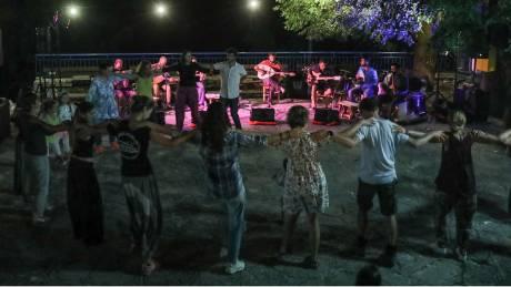 Εικόνες συνωστισμού σε γλέντι στην Αλίαρτο παρουσία βουλευτών