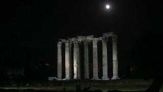 Ο βραδινός περίπατος των Αθηναίων υπό το φως της πανσελήνου