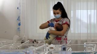 Κορωνοϊός: Τι επίπτωση έχει η χρήση μάσκας και γαντιών στα βρέφη